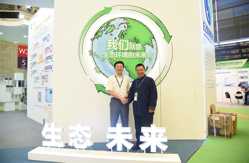 E20环境平台首席合伙人、北大环境学院E20联合研究院院长傅涛与企业代表合影留念