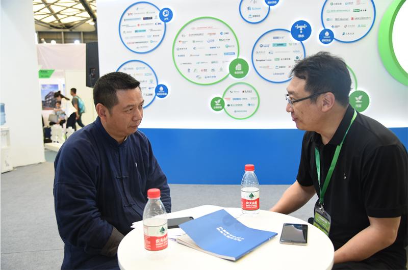 E20环境平台首席合伙人、北大环境学院E20联合研究院院长傅涛与企业领导交流。