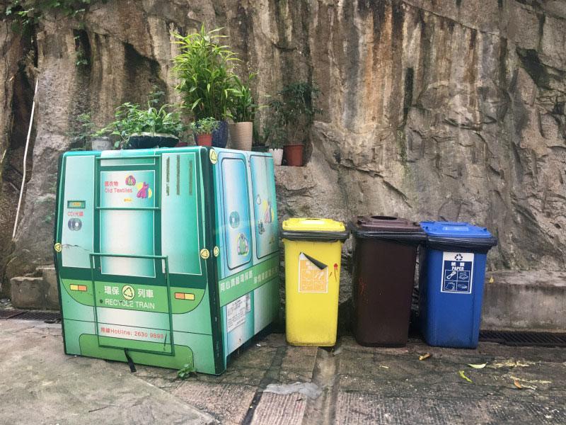 香港特区政府环境保护署于香港幼稚园开设惜食运动大讲堂(图片来自惜食香港官方网站) 垃圾收费即将展开通过立法加强环保 除了提高市民环保意识,建设环保基础设施外,香港特区政府环境局于2017年3月公布都市固体废物收费的建议实施安排。经香港特区立法会通过后,新的废物收费计划最快将于2019年下半年实施。