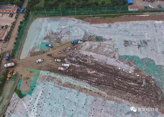 ▲8月1日,露天垃圾填埋场几辆垃圾车正在倒垃圾。 新京报记者王飞 摄