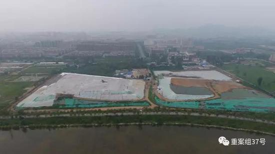 ▲从200多米俯瞰潮河北侧被白色覆盖的区域是露天垃圾填埋场。 新京报记者王飞 摄