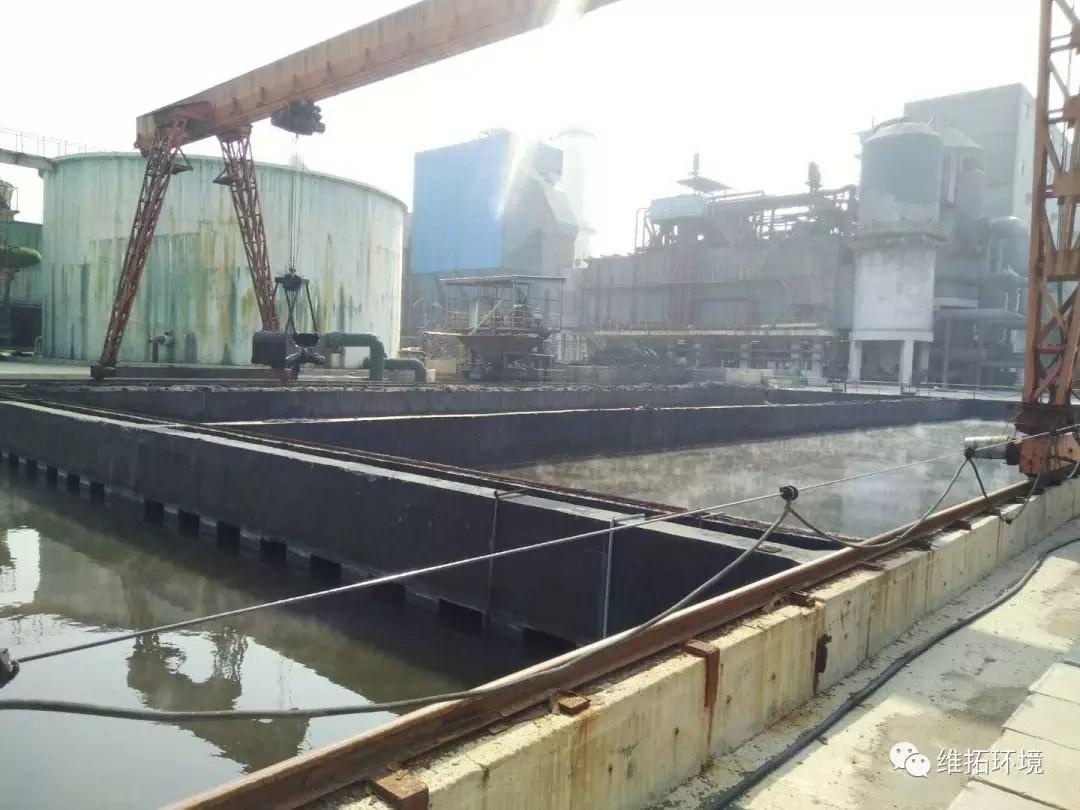化工厂内污水池在烈日下散发出刺鼻的气味