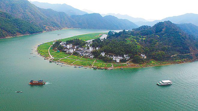 """新安江""""山水画廊""""风景区(资料图片)."""