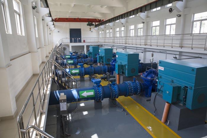 玉清水厂明亮整1洁的送水泵房.jpg
