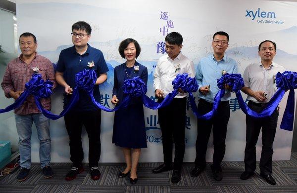 赛莱默中国及北亚区总裁吕淑萍(左三)与出席赛莱默郑州销售办事处开业典礼的嘉宾们一起剪彩