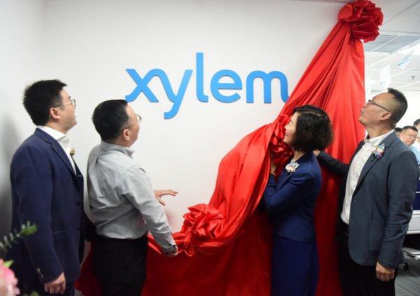 红幕揭下的一刻,预示着赛莱默郑州销售办事处正式开业
